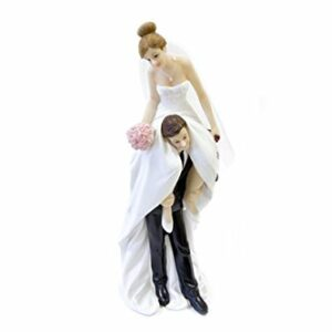 Bräutigam trägt Braut auf Schultern, Polyresin, D: 20,8 cm