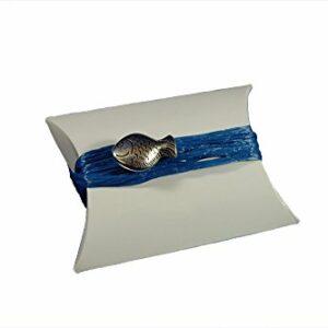 10 Stück Gastgeschenk Kommunion, BUSTA Bianco glänzend mit Bast blau und Fisch silber